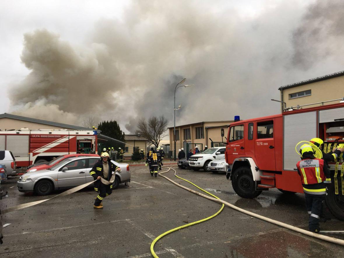 Zásah hasičů po výbuchu plynového terminálu v Rakousku