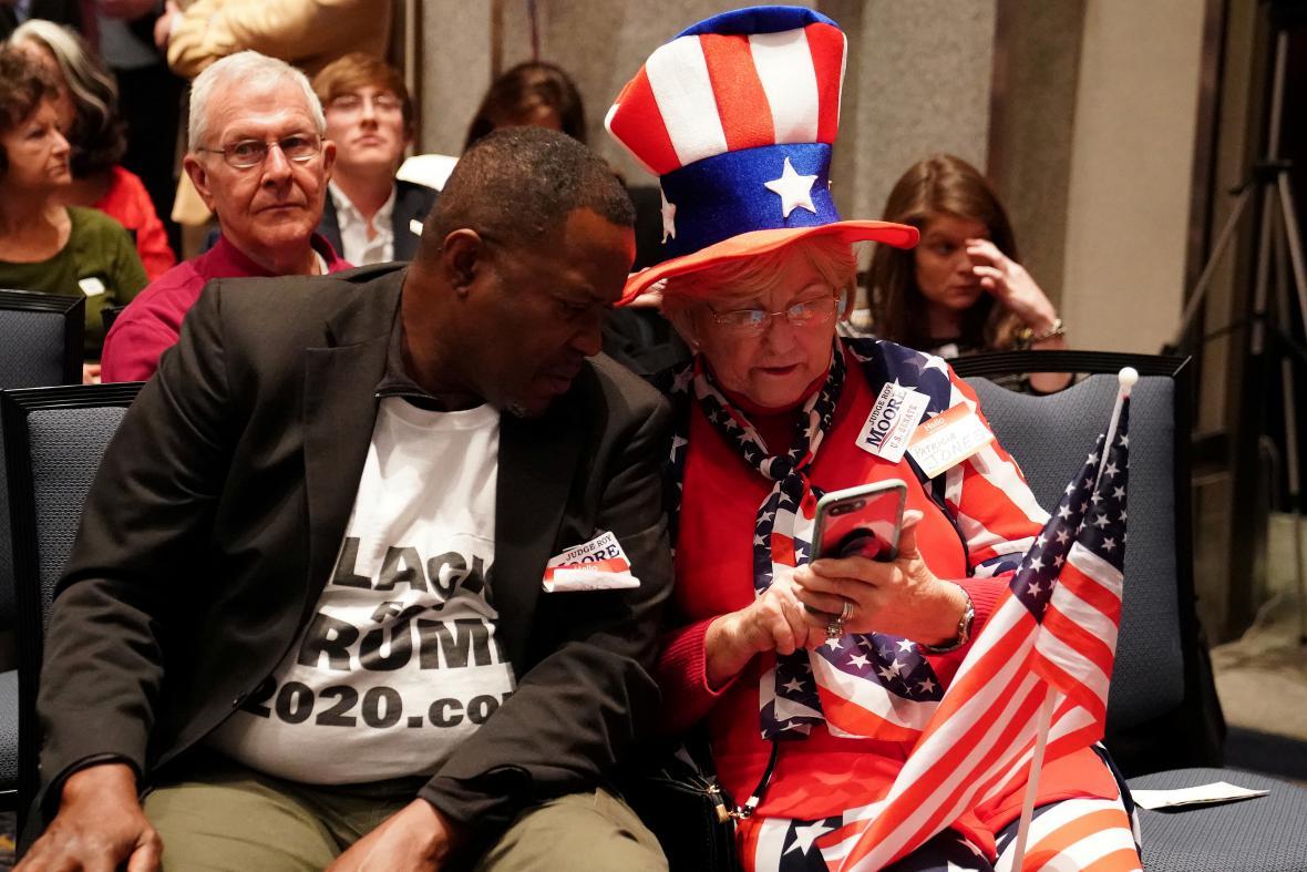 Lidé sledují výsledky doplňovacích voleb do Senátu