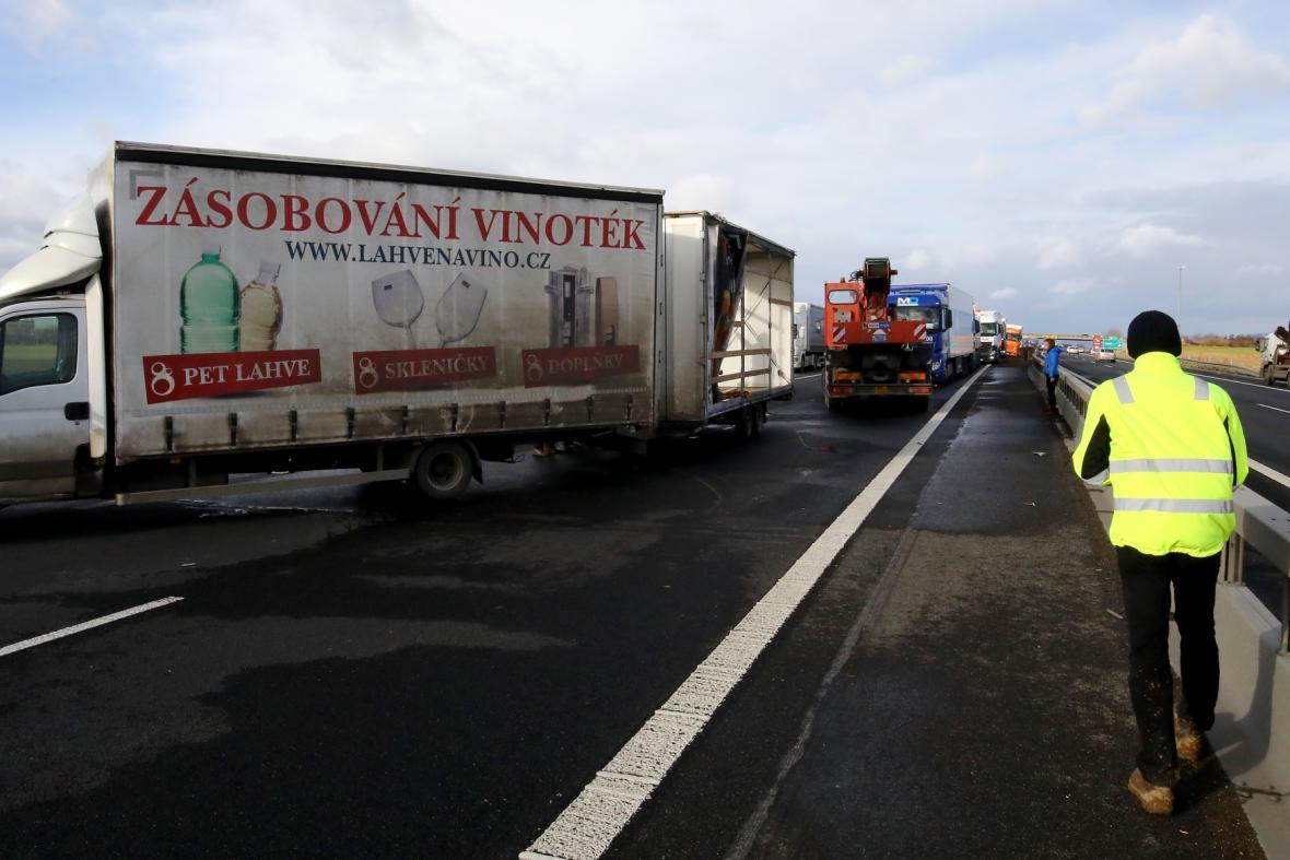 Nehoda menšího nákladního vozidla zablokovala dálnici D8 na 29. km ve směru na Prahu