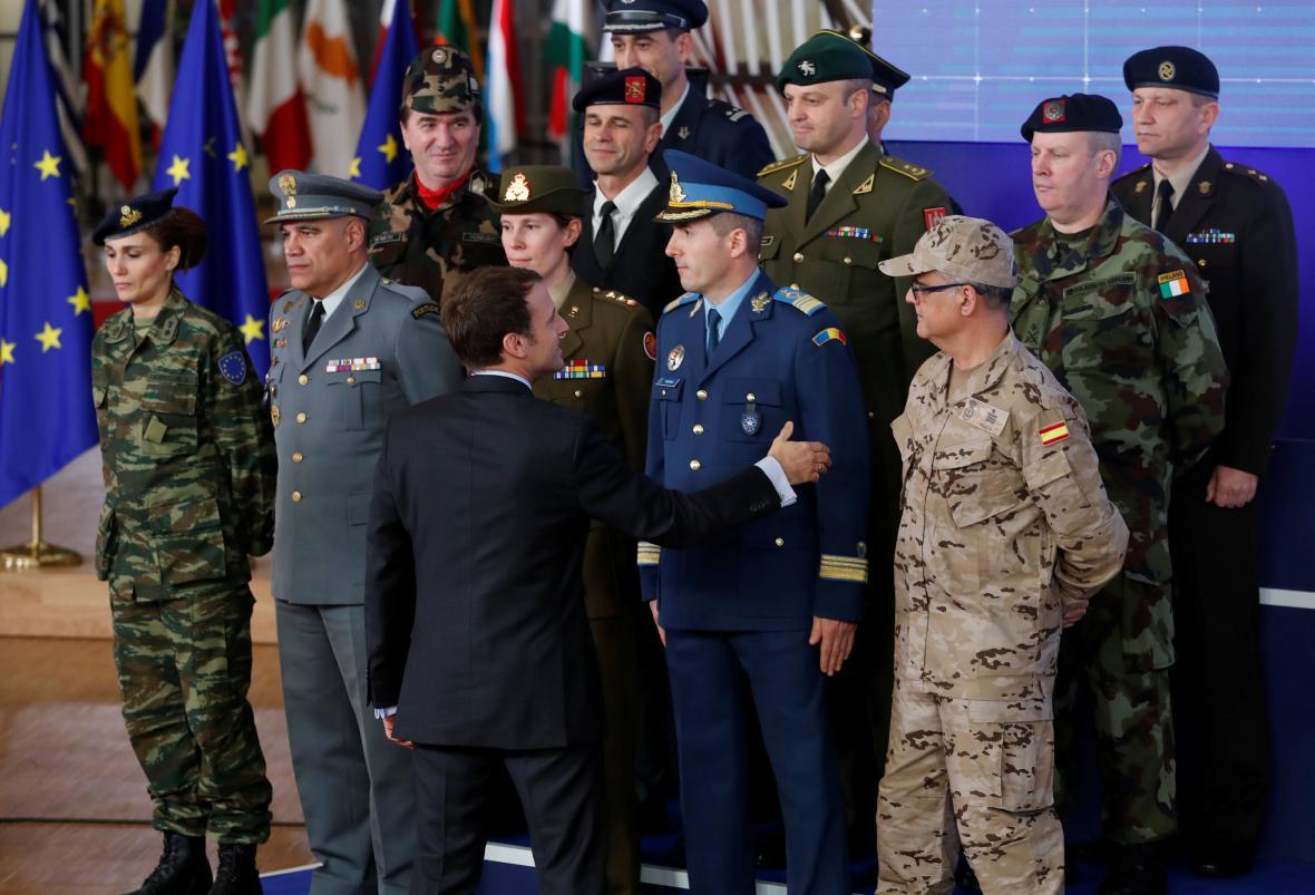 Emmanuel Macron zdraví představitele armád sdružených v PESCO