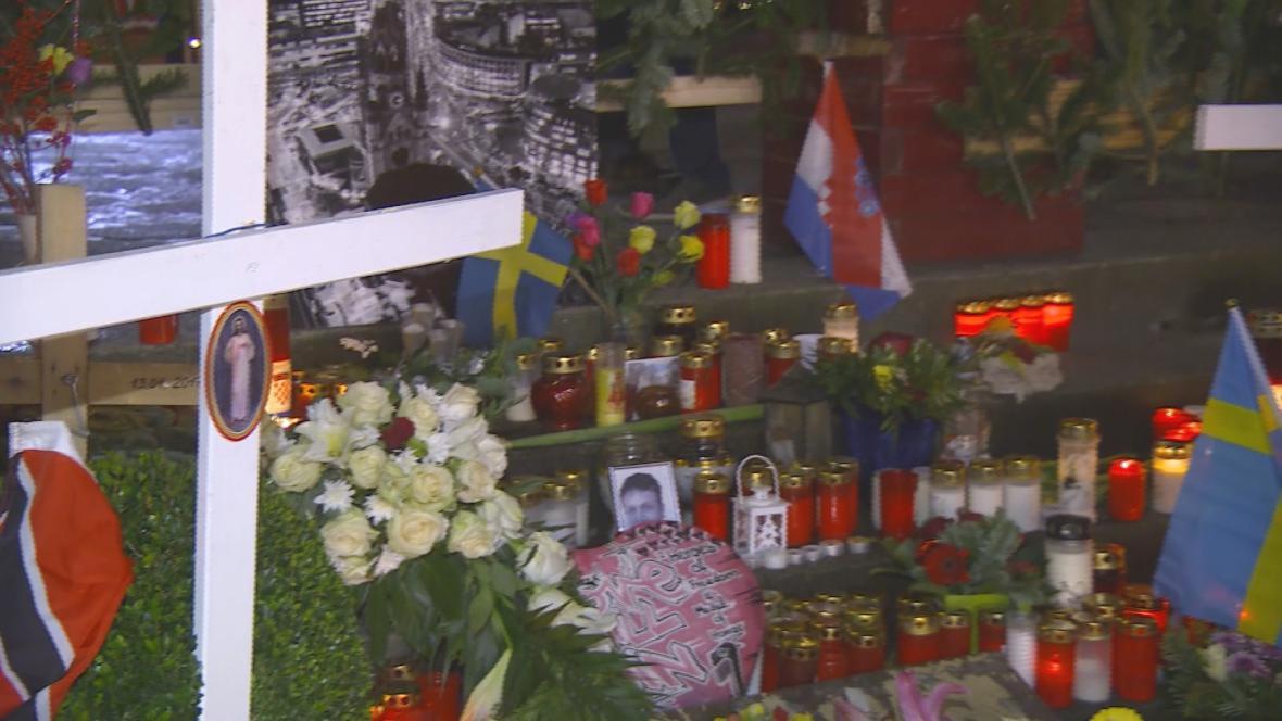 Oběti loňského útoku připomíná v centru Berlína improvizovaný pomníček