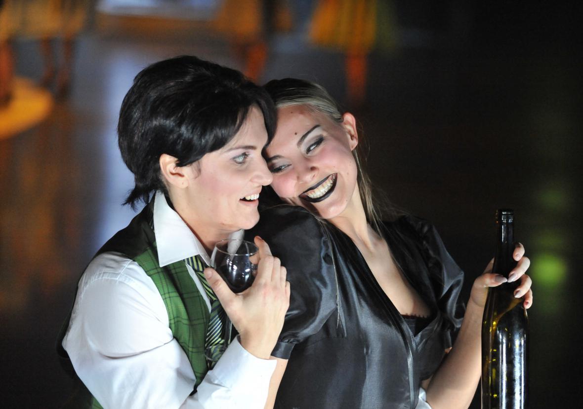 Václava Krejčí-Housková jako Siebel (vlevo)