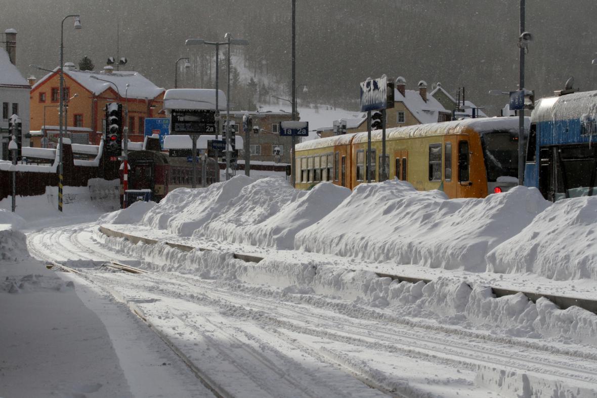 Vlaky v depu a prázdná trať