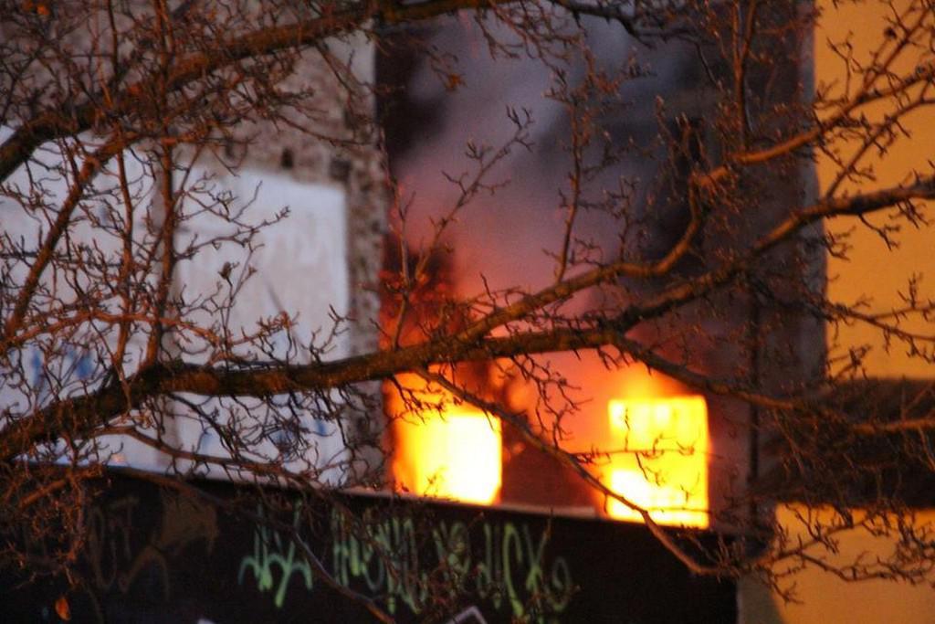 V Krnově hoří budova bývalé textilky Karnola