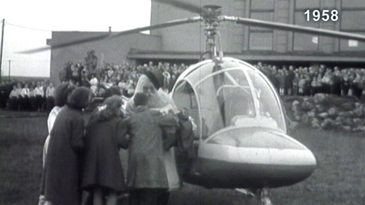 Dobové záběry ukazují přílet Dědy Mráze vrtulníkem