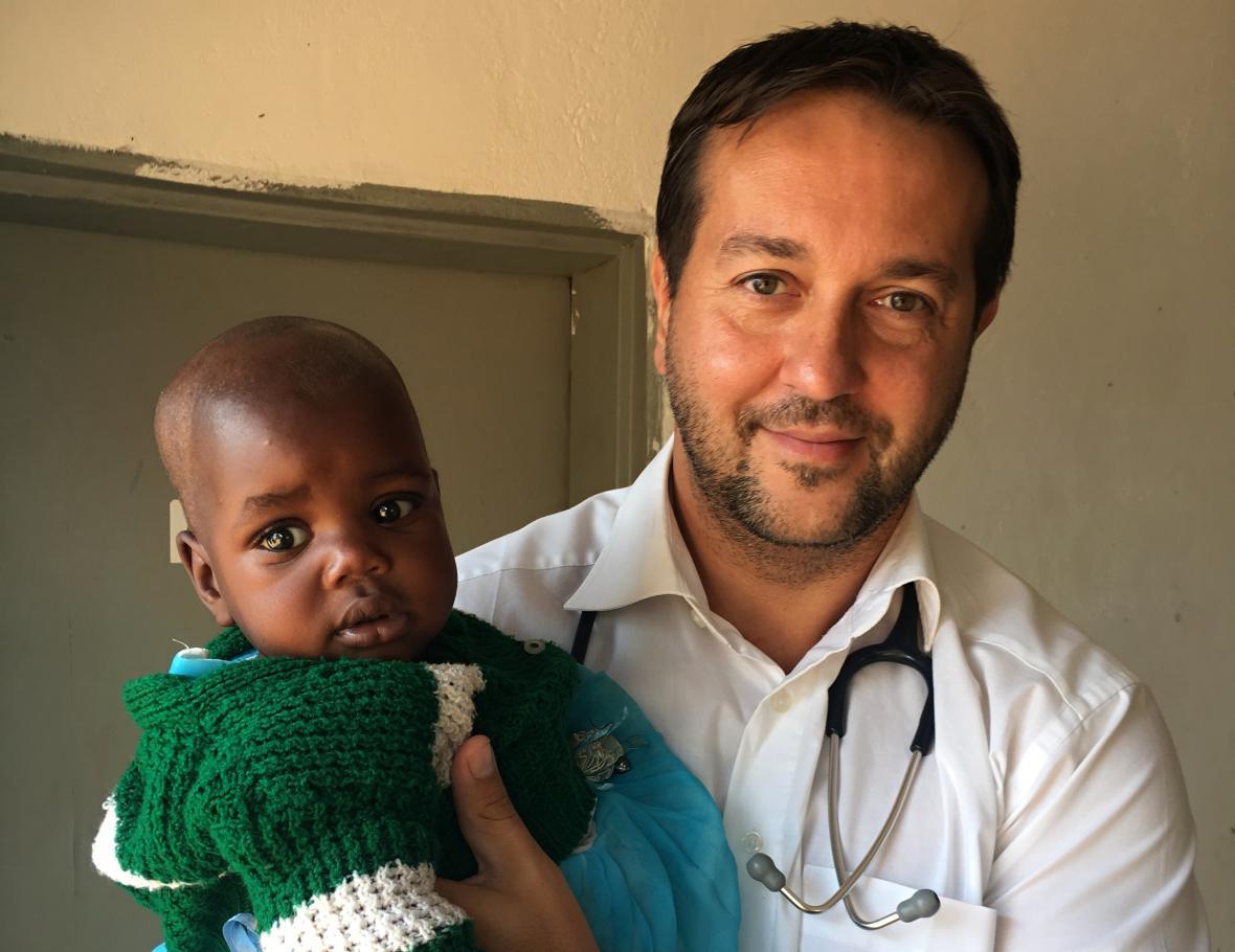 Rastislav Maďar s pacientem v nemocnici Malawi