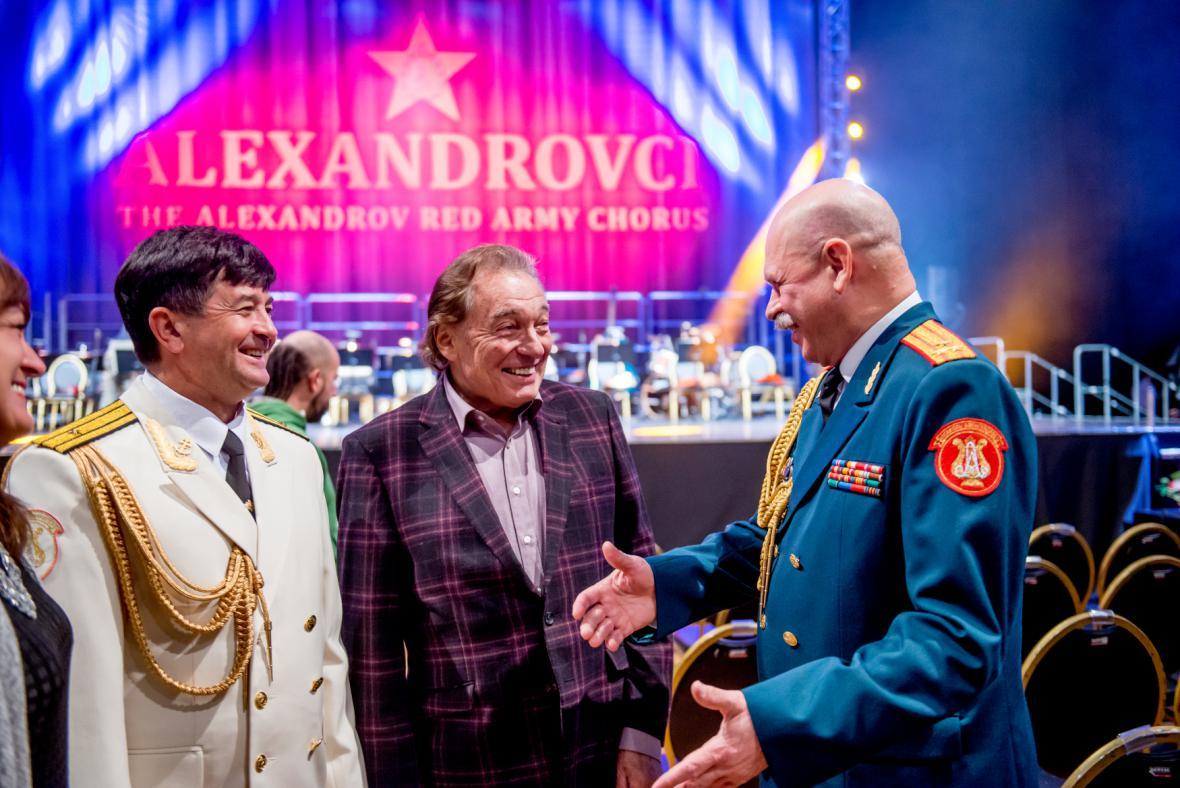 Karell Gott se setkal s členy ruského armádního sboru Alexandrovci před jejich vystoupením ve vyprodané pražské Tipsport areně 17. října 2015