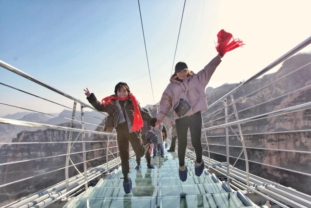Nejdelší skleněný most leží v Číně