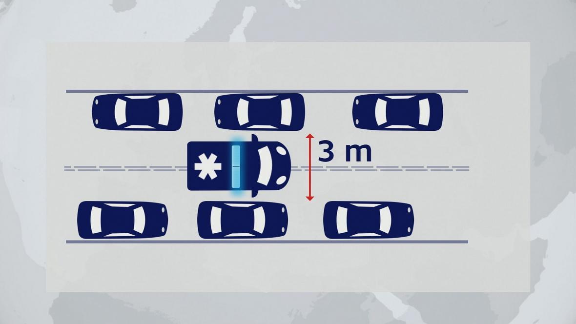 Na běžné silnici by řidiči měli přibrzdit u krajnice a vytvořit volný průjezd uprostřed