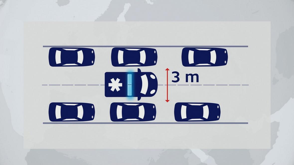 Na silnicie se dvěma jízdními pruhy v jednom směru by řidiči měli zajet ke kraji vpravo a vlevo