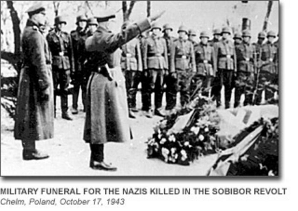 Pohřeb 11 esesáků zabitých při vzpouře ve vyhlazovacím táboře Sobibor 14. října 1943