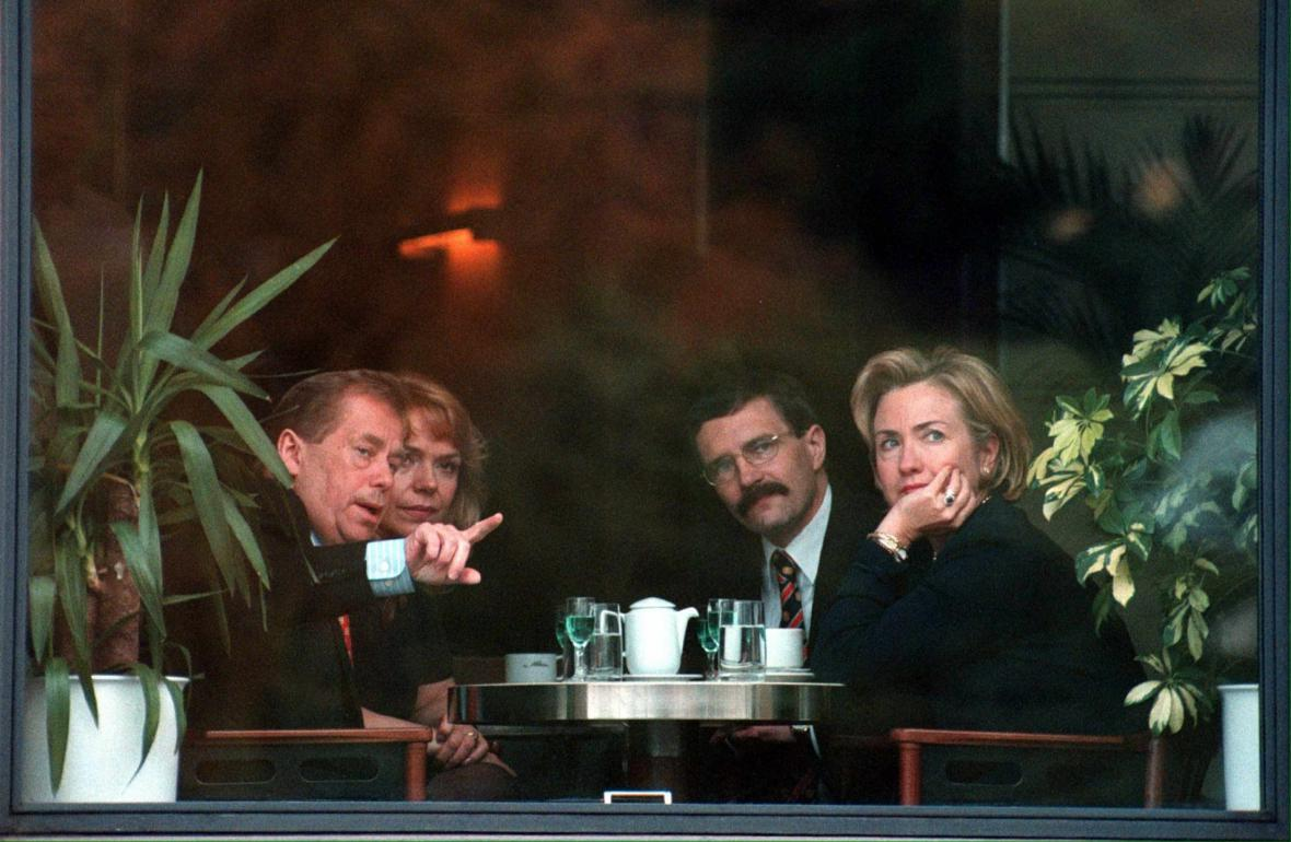 Hillary Clintonová v kavárně Slavia (1998)