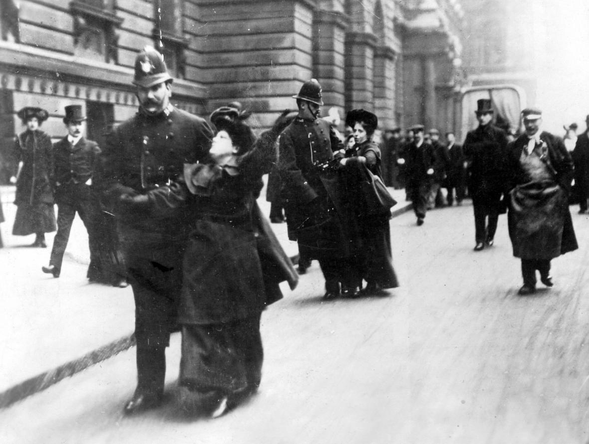 Zadržení sufražetky po jedné z demonstrací. Londýn 1911