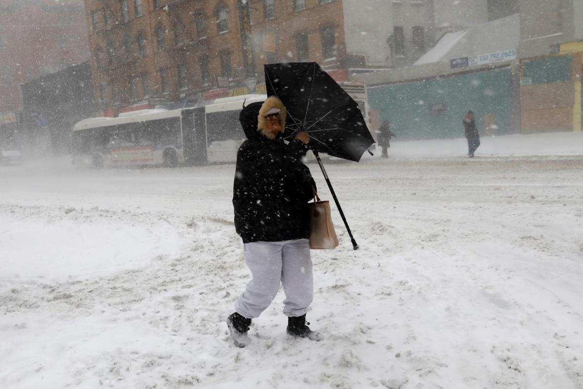 Žena bojuje s deštníkem uprostřed sněhové bouře na Manhattanu
