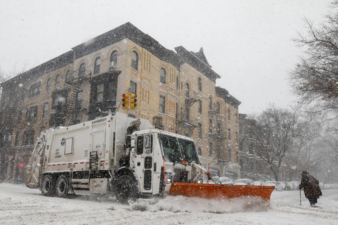 Úklid sněhu v newyorském Brooklynu