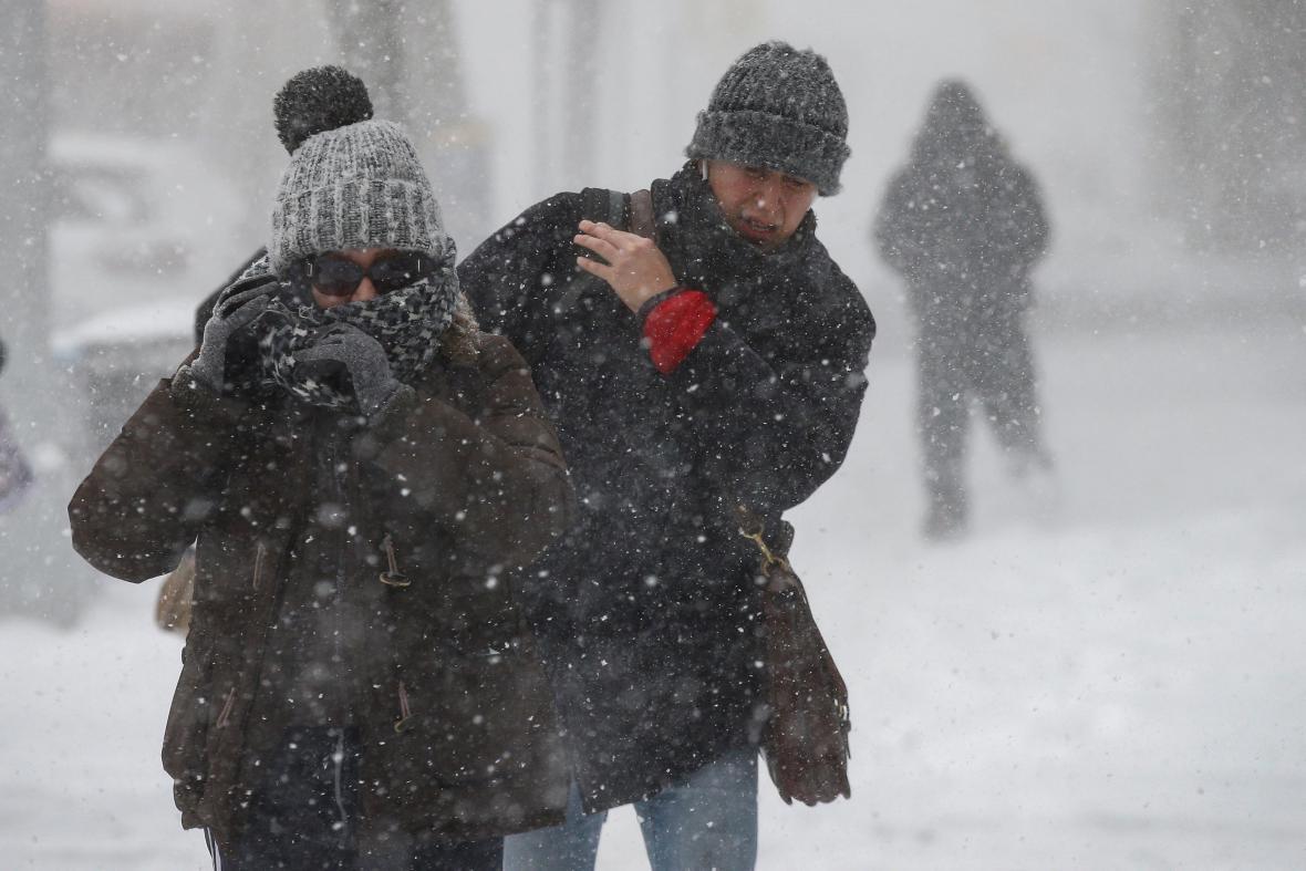 Lidé zápasí se sněhem a větrem v New Yorku