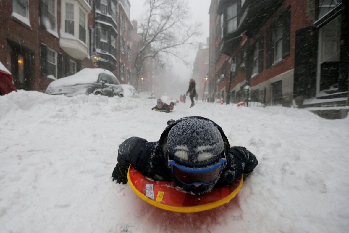 Děti v Bostonu zimní bouře využily k ježdění po ulicích