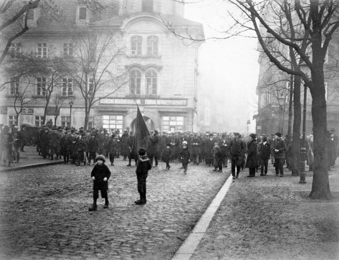 Výzvu ke generální stávce vyslyšeli i obyvatelé Plzně. Snímek z 22. ledna 1918