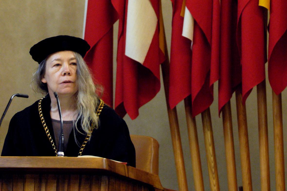 Erika Abramsová roku 2007 obdržela čestný doktorát Univerzity Karlovy