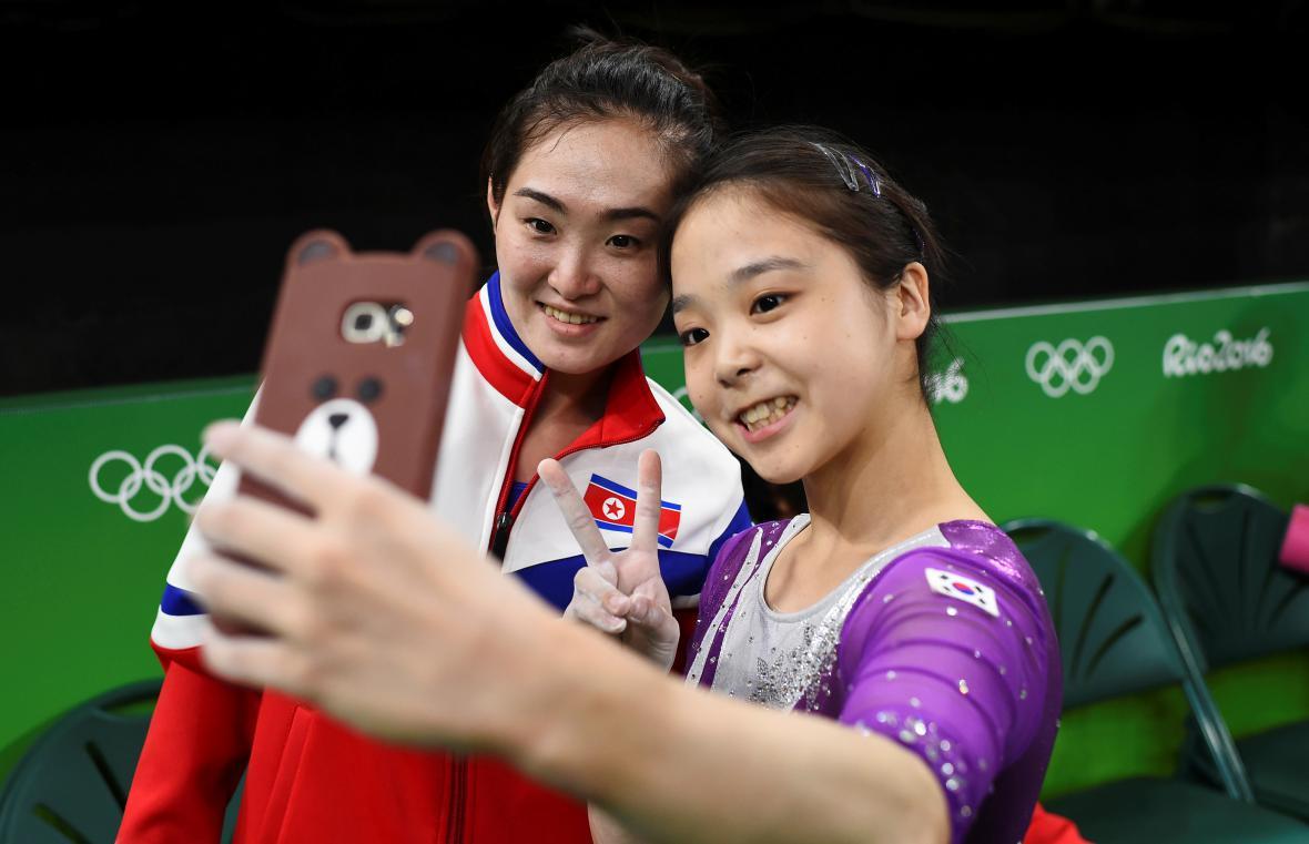 Gymnastky Jižní a Severní Koreje si během olympijských her v Riu pořídily společnou fotografii