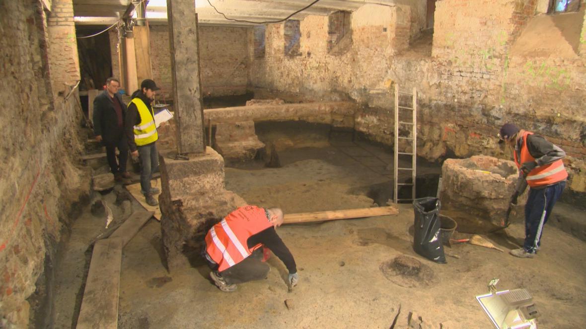 Archeologický průzkum ve sklepě rekonstruované školy v Uherském Hradišti