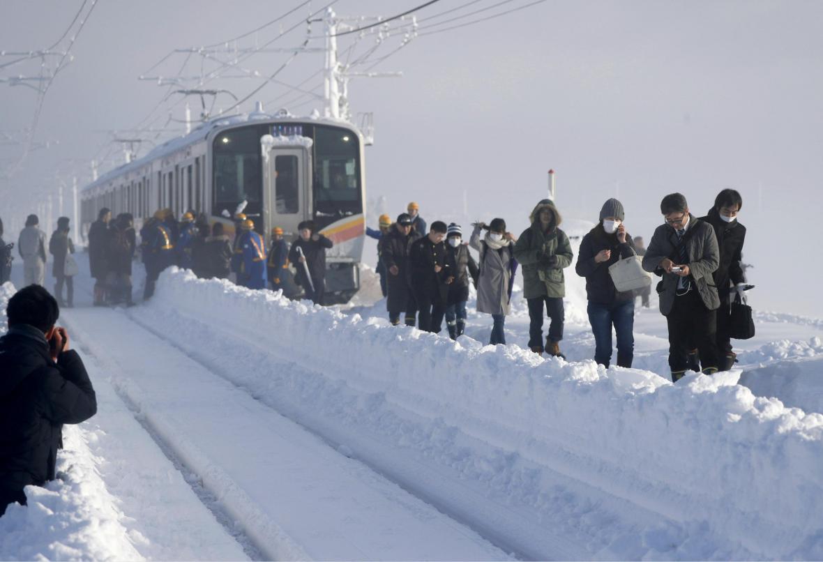 Cestující z japonského vlaku, který uvízl ve sněhu