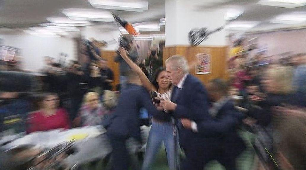 Prezidenta Zemana napadla ve volební místnosti polonahá žena