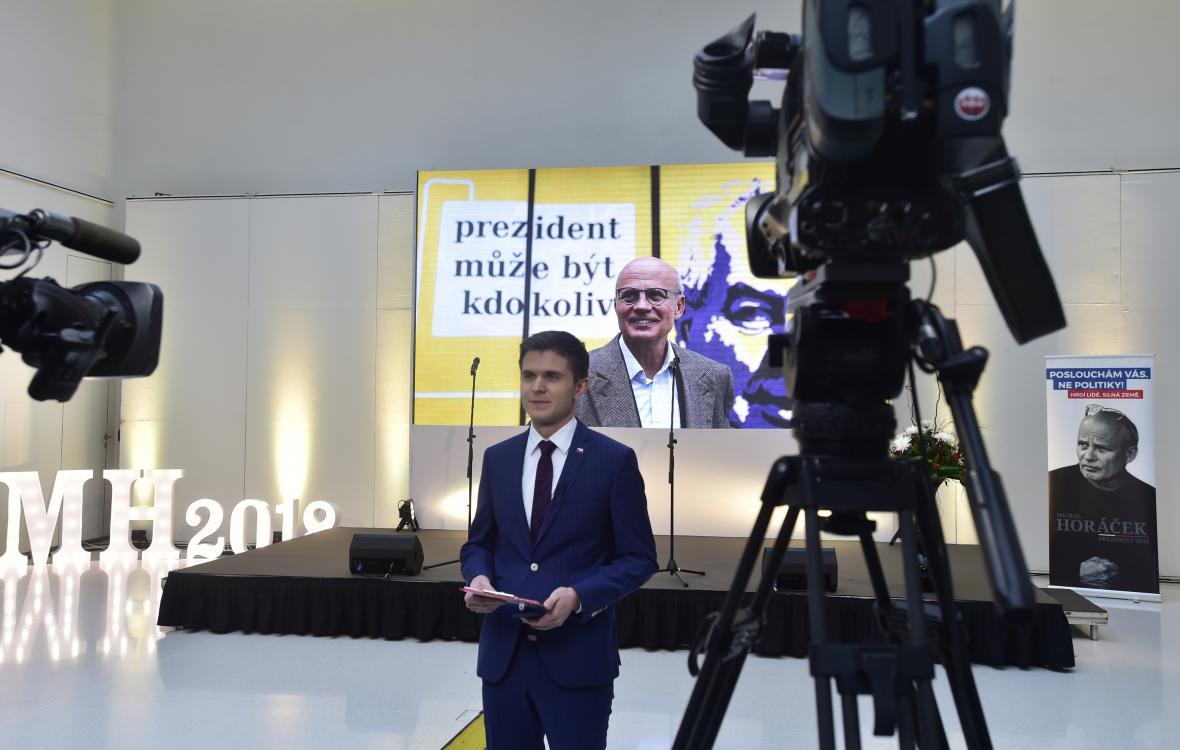 Reportér ČT Petr Obrovský ve štábu Michala Horáčka