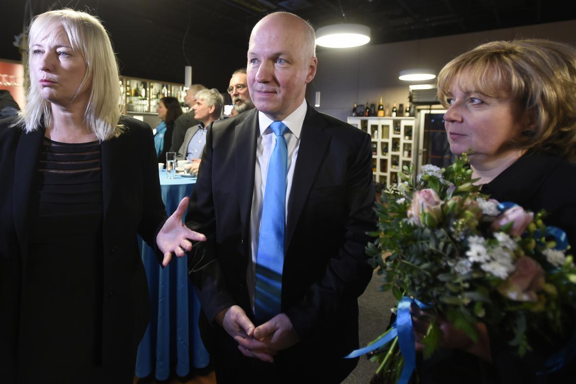 Pavel Fischer s manželkou Klárou (vpravo)