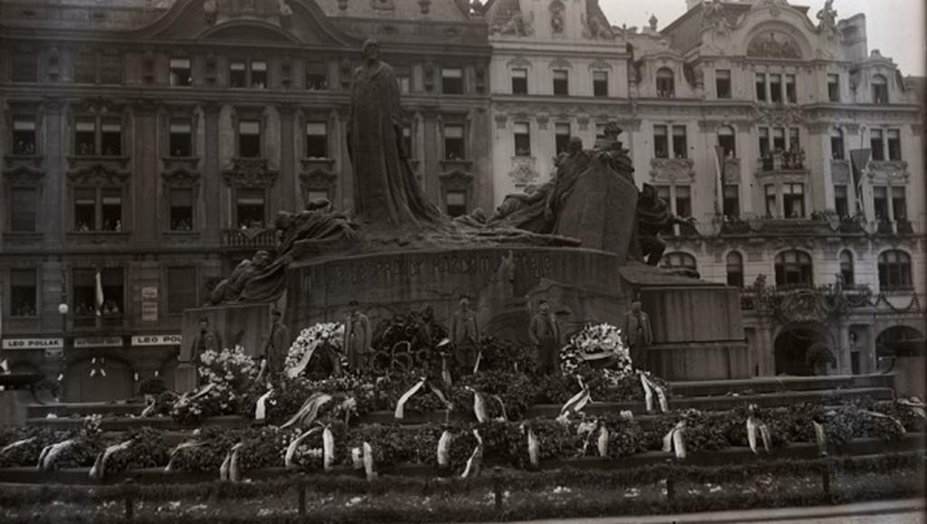 Husův pomník na Staroměstském náměstí během oslav (1925)