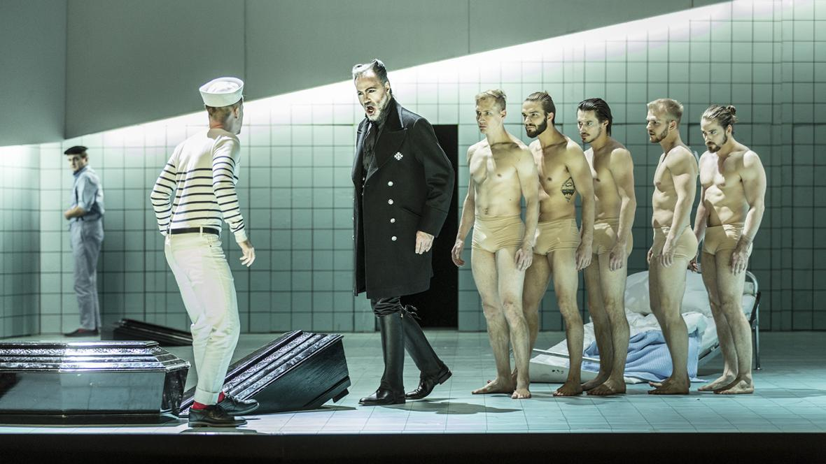 Gidon Saks jako John Claggart (v černém)