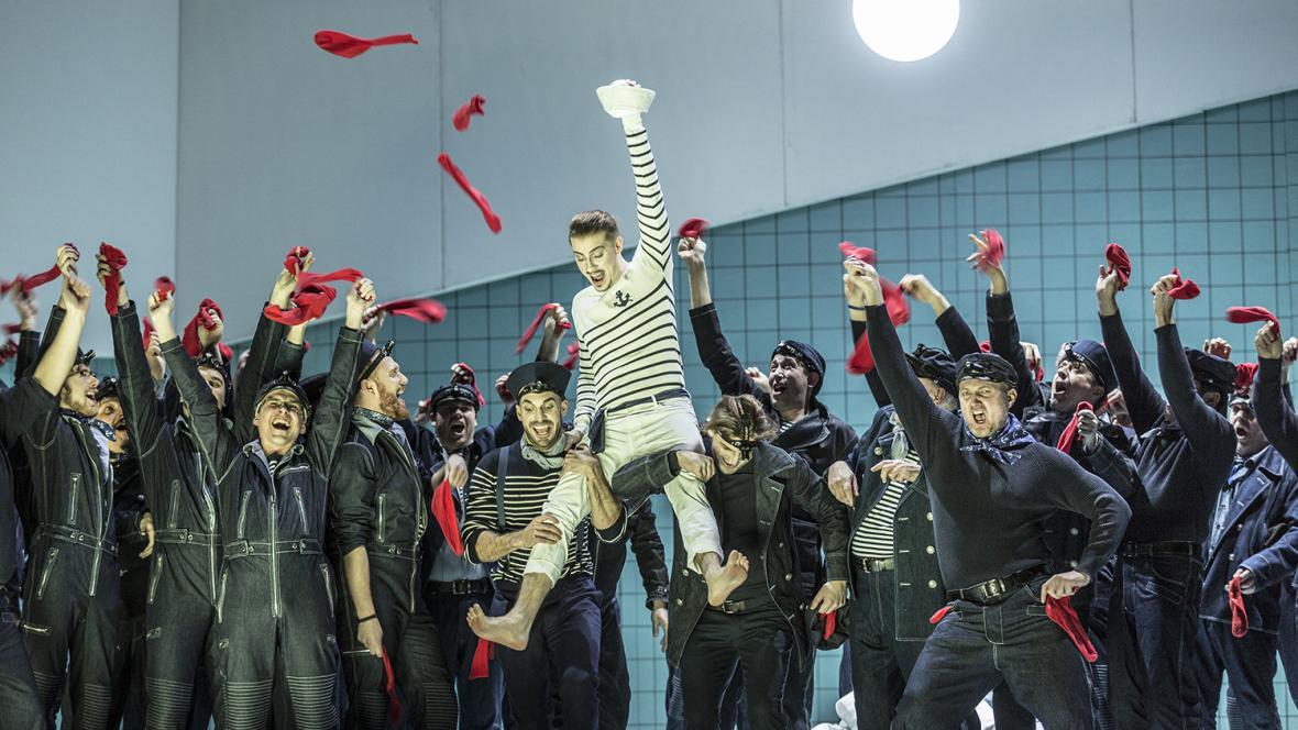 Christopher Bolduc (uprostřed) jako Billy Budd