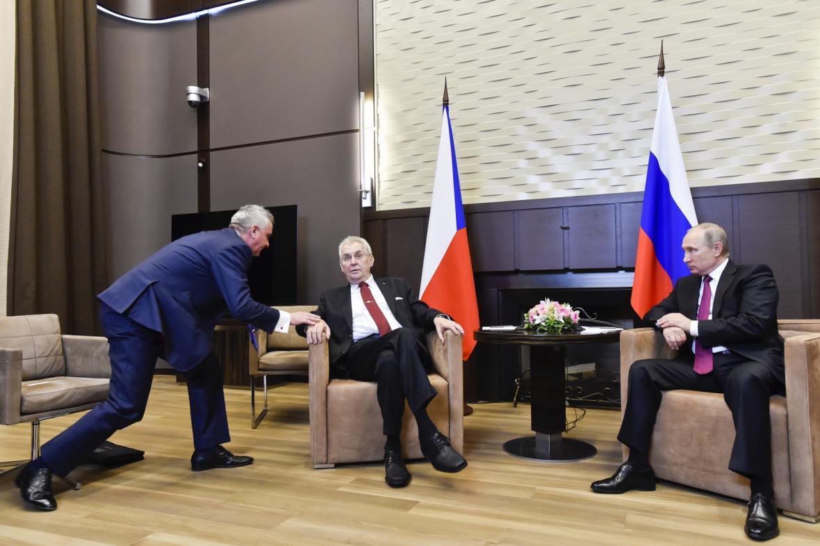 Vratislav Mynář (vlevo) na jednání prezidenta Miloše Zemana s ruským prezidentem Vladimirem Putinem v listopadu 2017