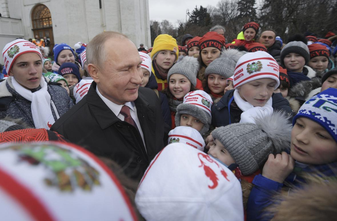 Putin v obležení dětí