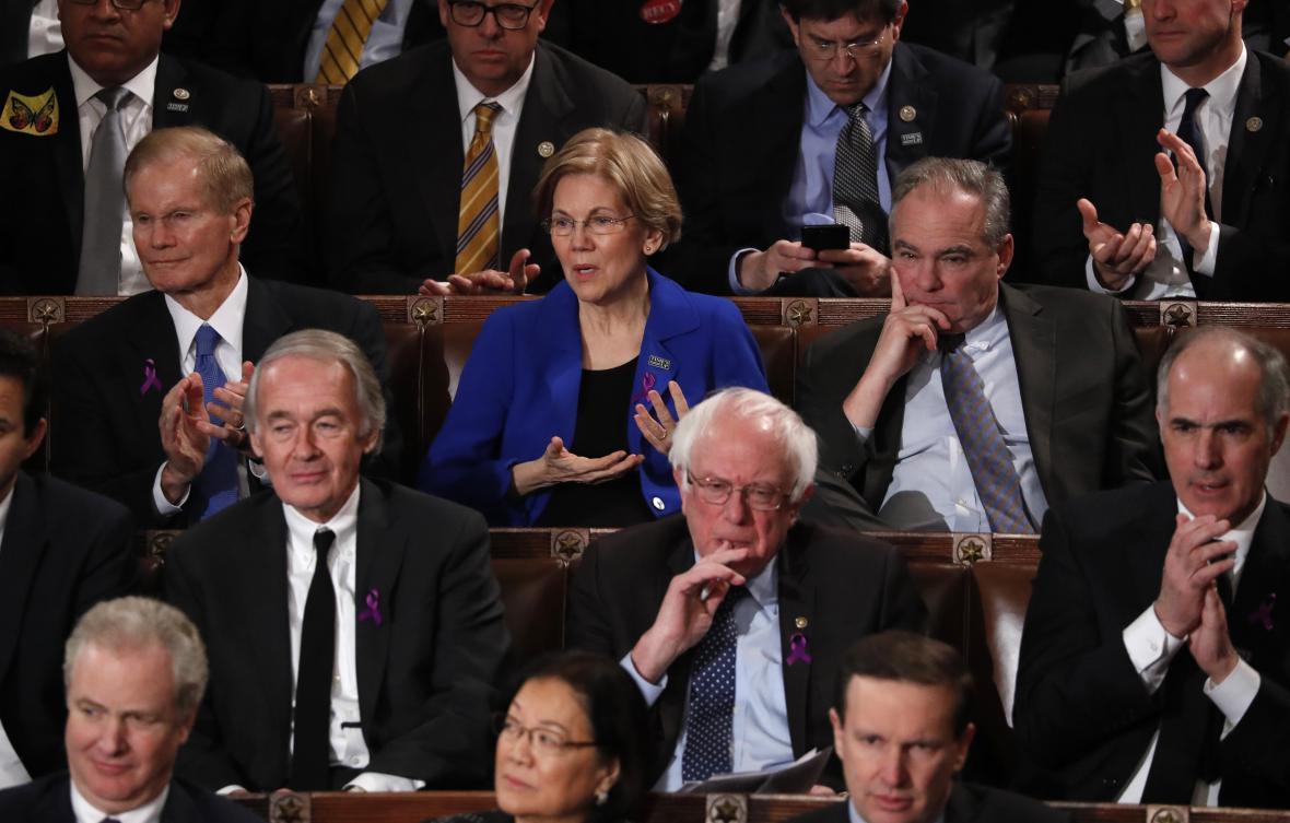 Bernie Sanders s ostatními senátory sleduje projev Donalda Trumpa