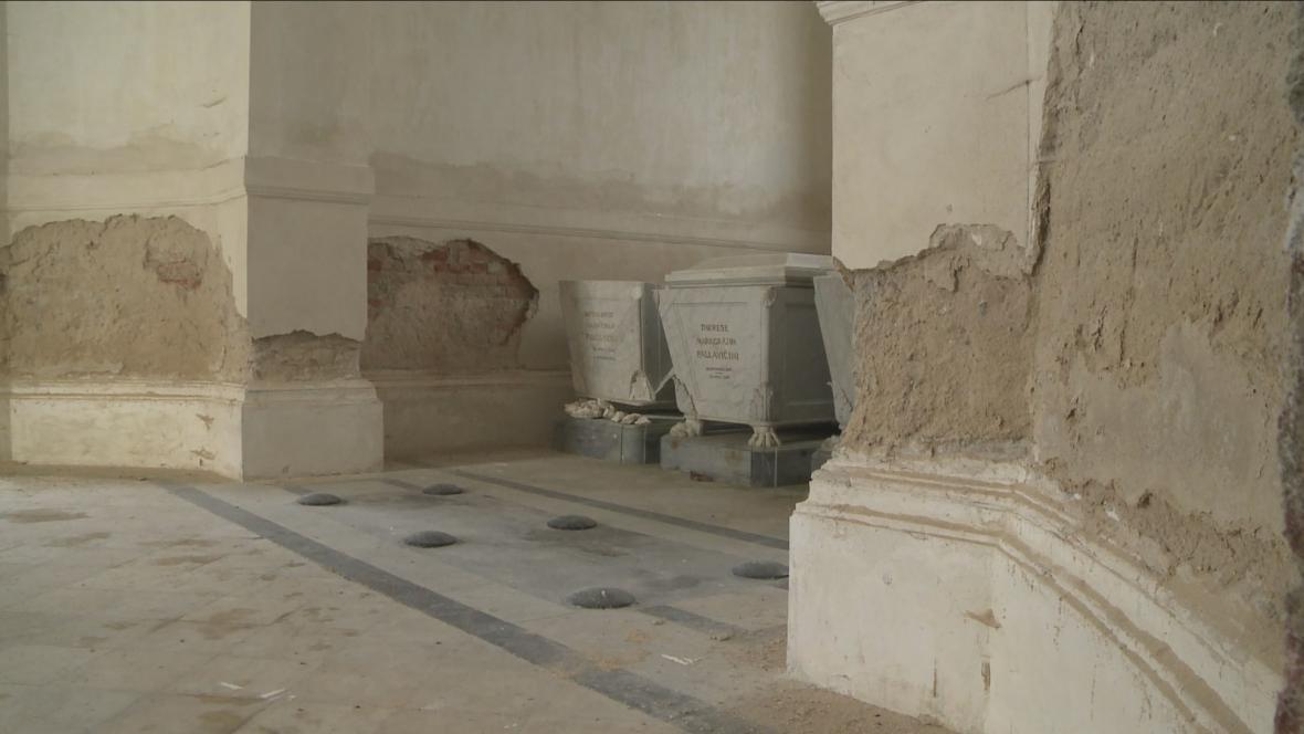 Poničený interiér památky u Jemnice