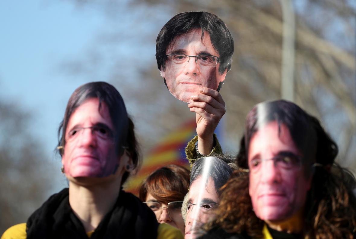 Stoupenci Carlese Puigdemonta demonstrují před katalánským parlamentem