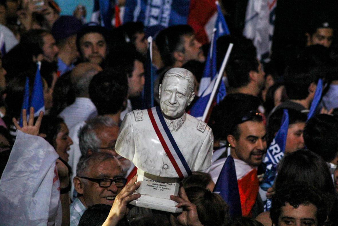 Chilané slavili Piňerovo vítězství s podobiznami Pinocheta