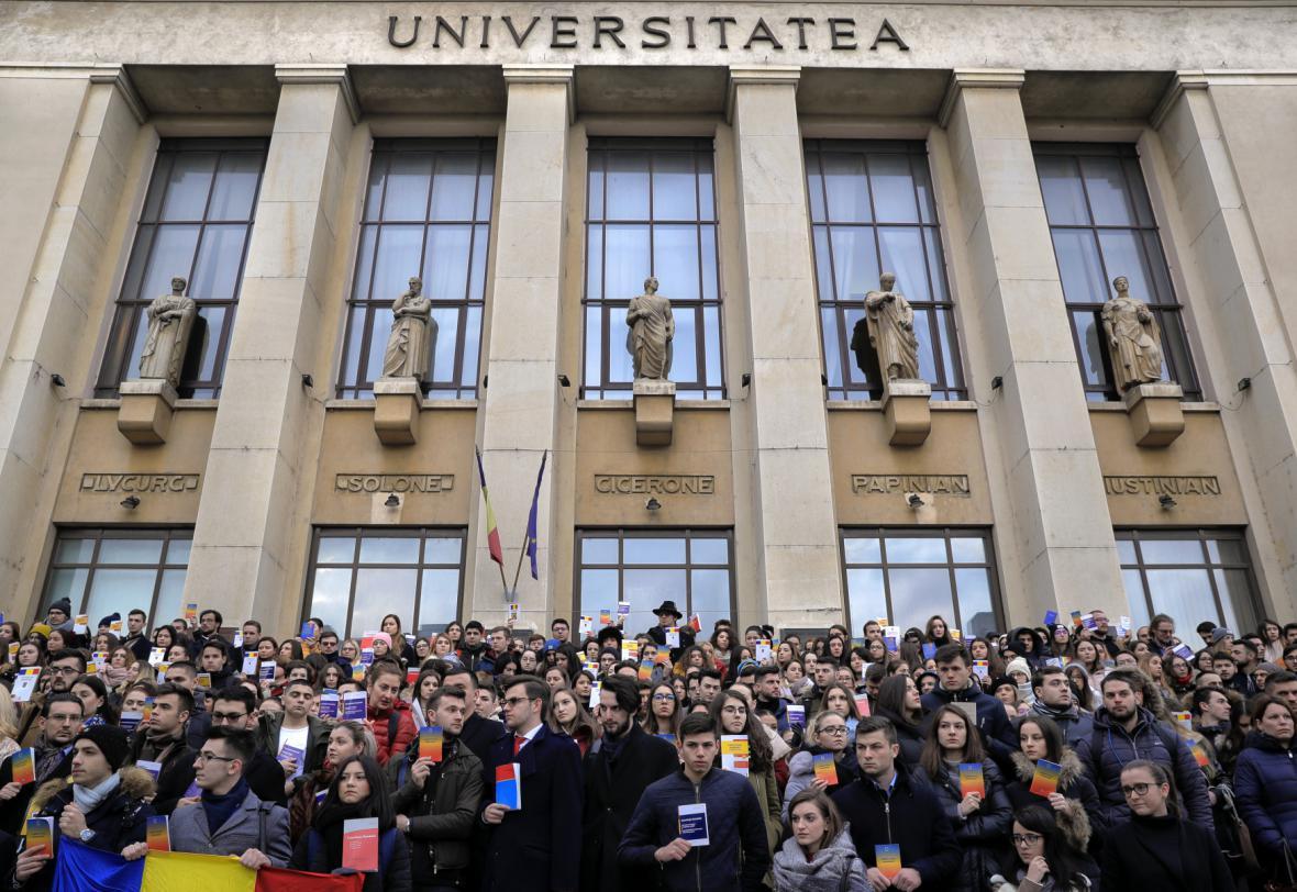 Tichý protest studentů práva v Bukurešti, v ruce drží kopii rumunské ústavy