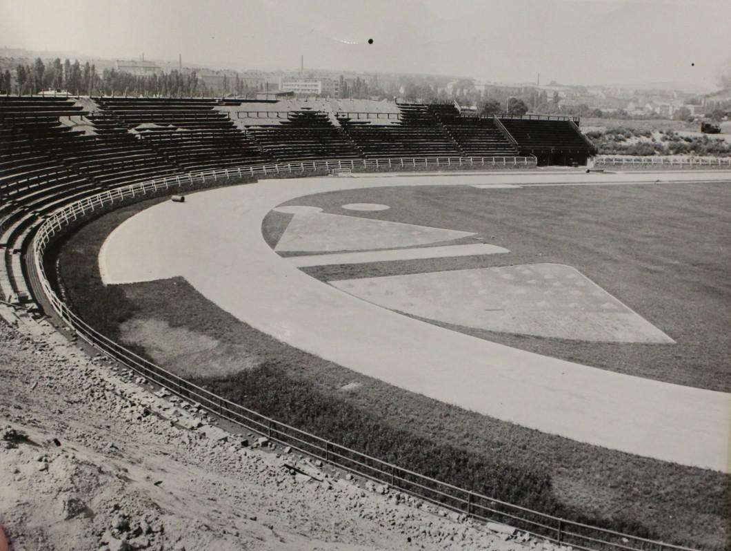 Fotbalový stadion za Lužánkami před dokončením