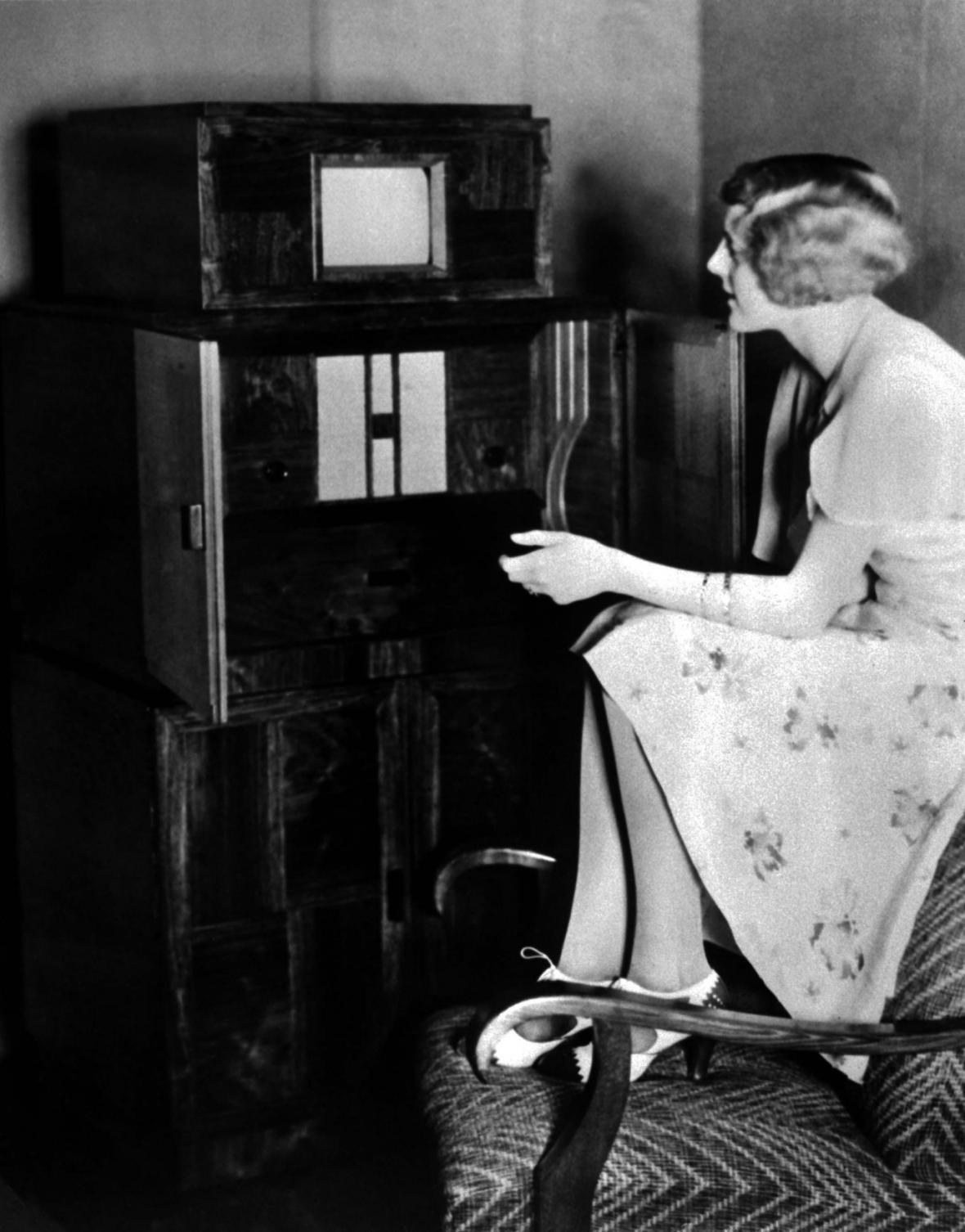 Kombinovaný televizní a radiový přijímač firmy Telefunken (1933)