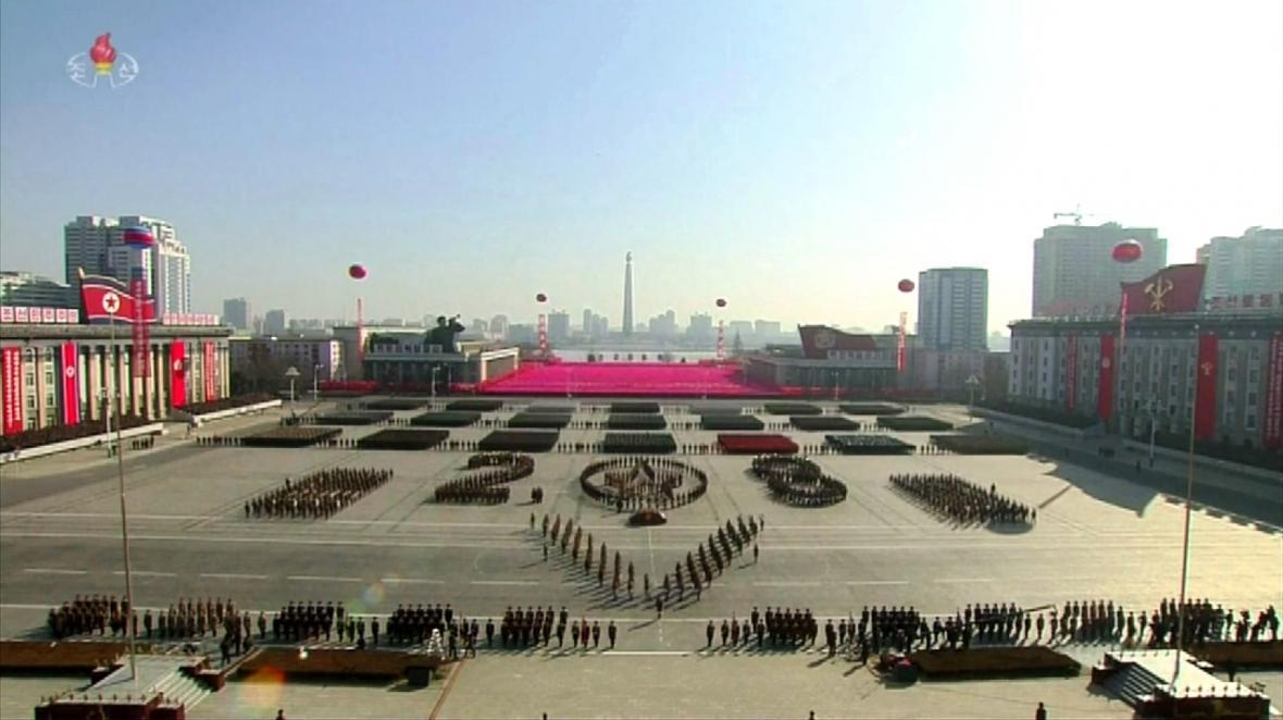 Televizní záběry z vojenské přehlídky severokorejské armády