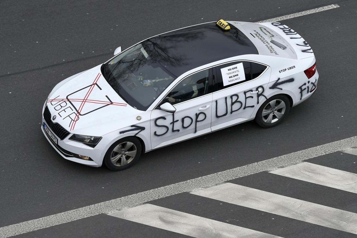 Protest taxikářů proti firmě Uber v Praze