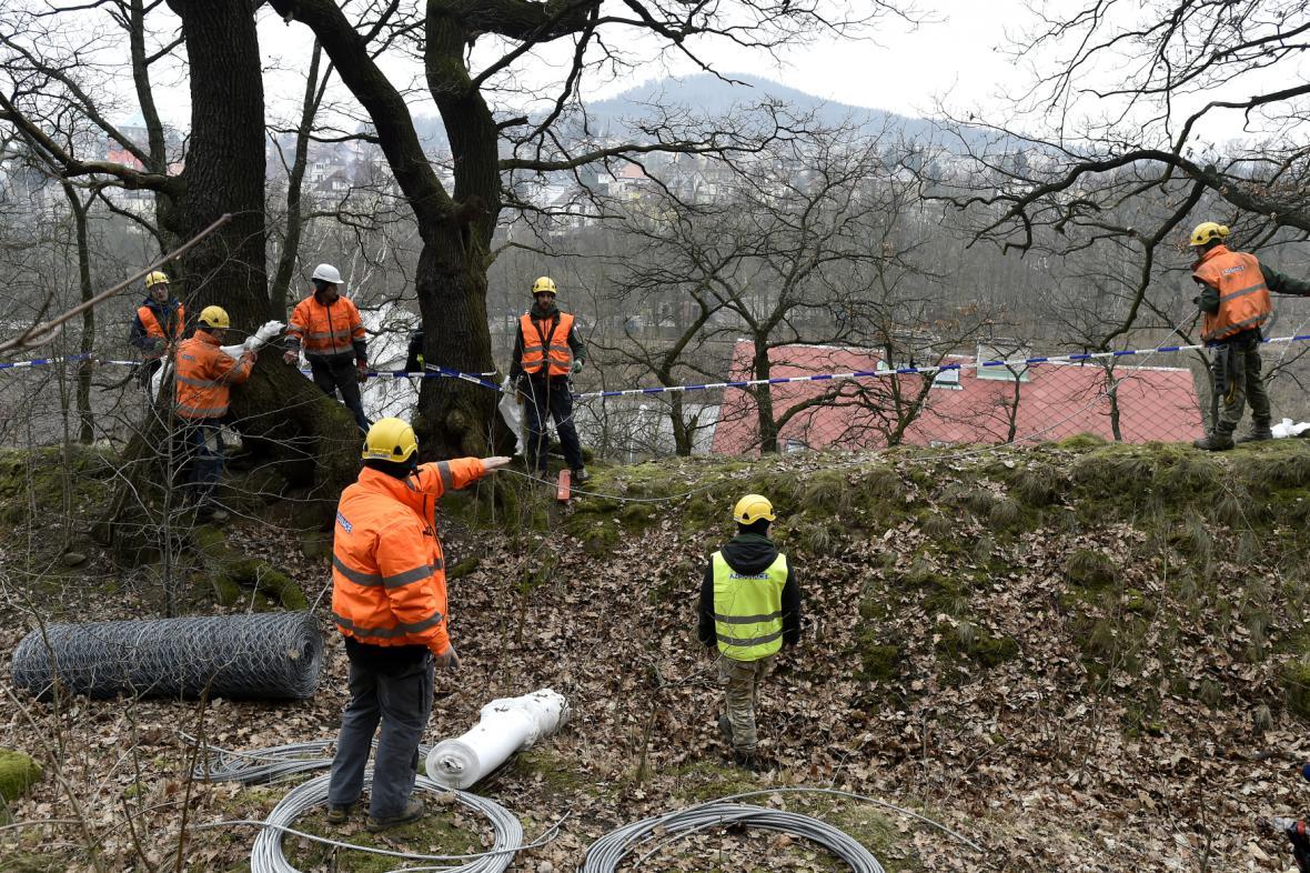 Práce na sanaci uvolněného pískovcového masivu v Děčíně