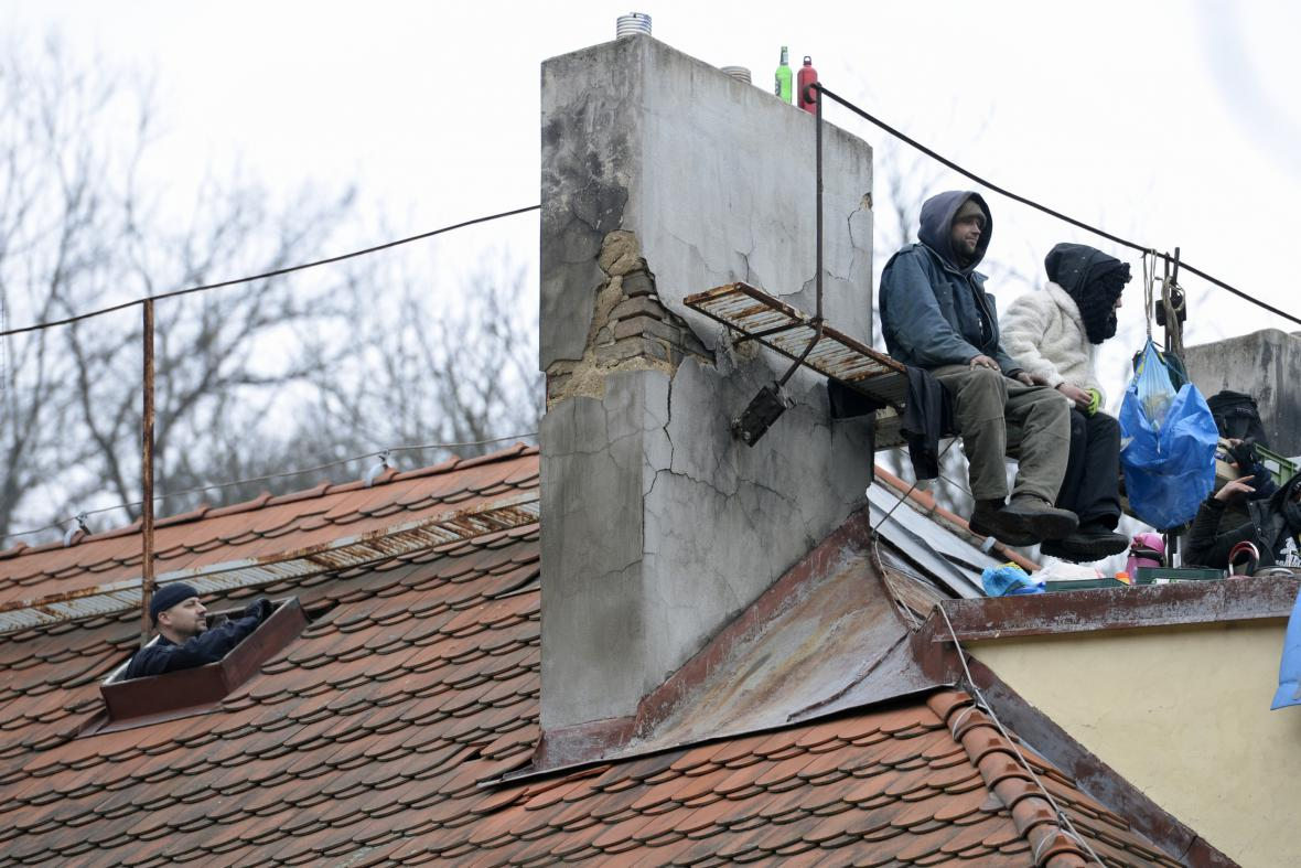 Squatteři na střeše Šatovky