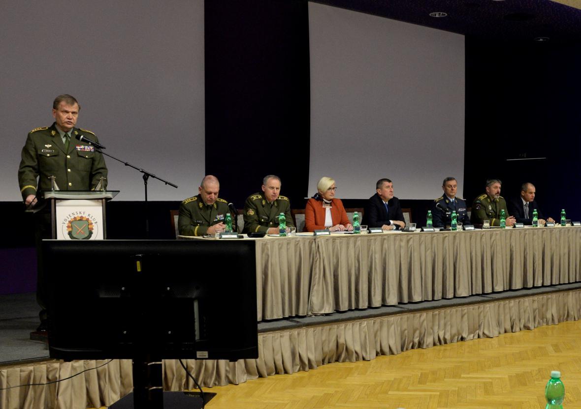 Náčelník Generálního štábu Josef Bečvář při proslovu na velitelském setkání