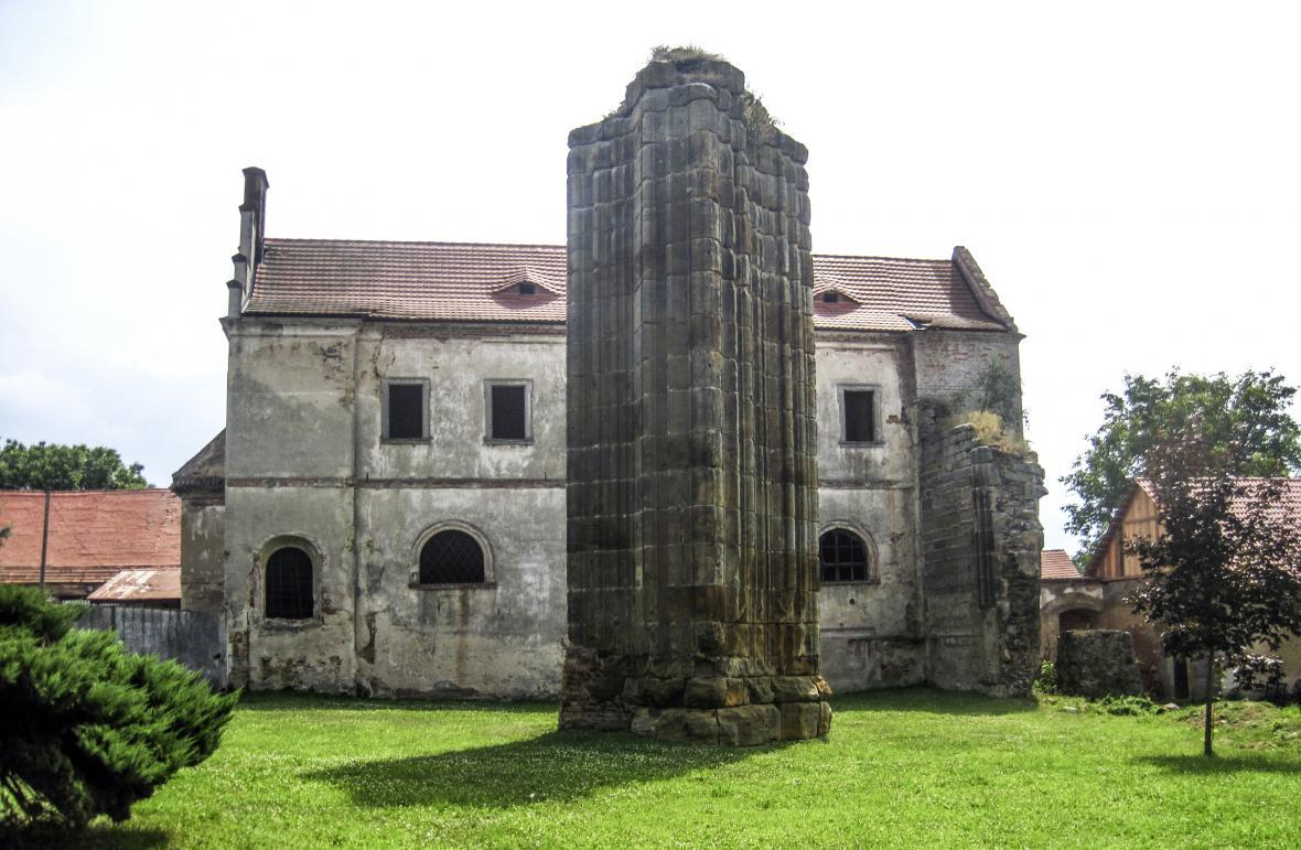 Pilíř bývalého kláštera na návsi v Klášterní Skalici