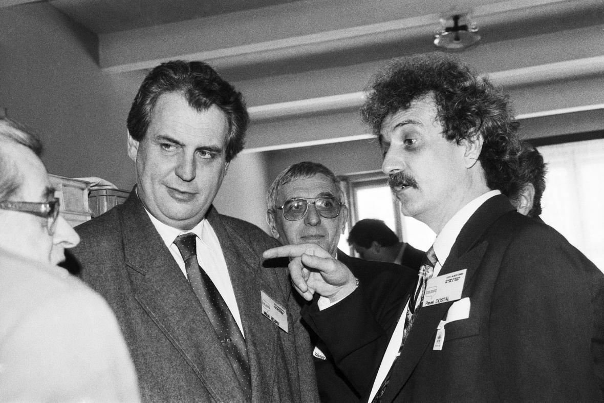 Miloš Zeman a Pavel Dostál na královéhradeckém sjezdu ČSSD v roce 1993