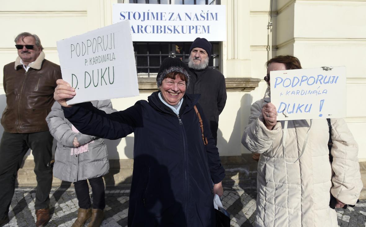 Před Arcibiskupským palácem se sešli i příznivci kardinála Dominika Duky