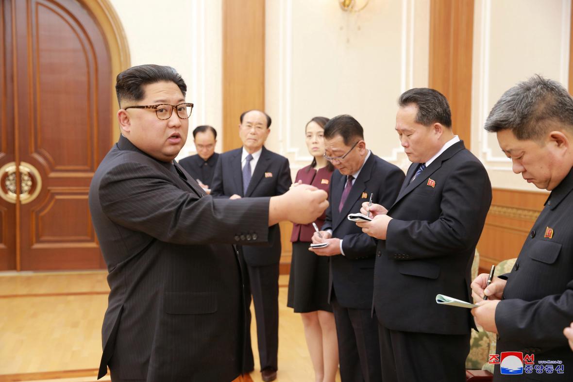 Severokorejská delegace u Kim Čong-una po návratu z Pchjongčchangu